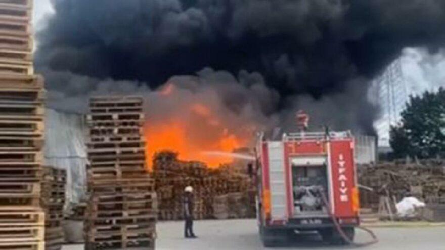 Yürekleri ağıza getiren yangın! Palet üretim tesisine sıçradı