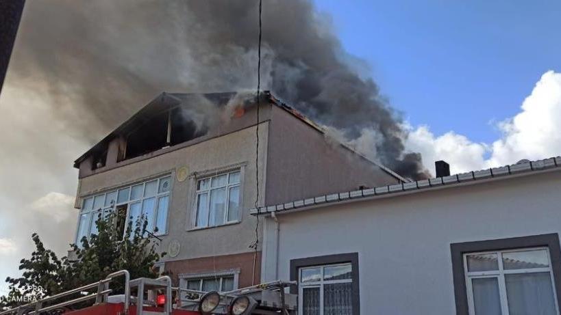 Ümraniye'de 3 katlı binada yangın paniği
