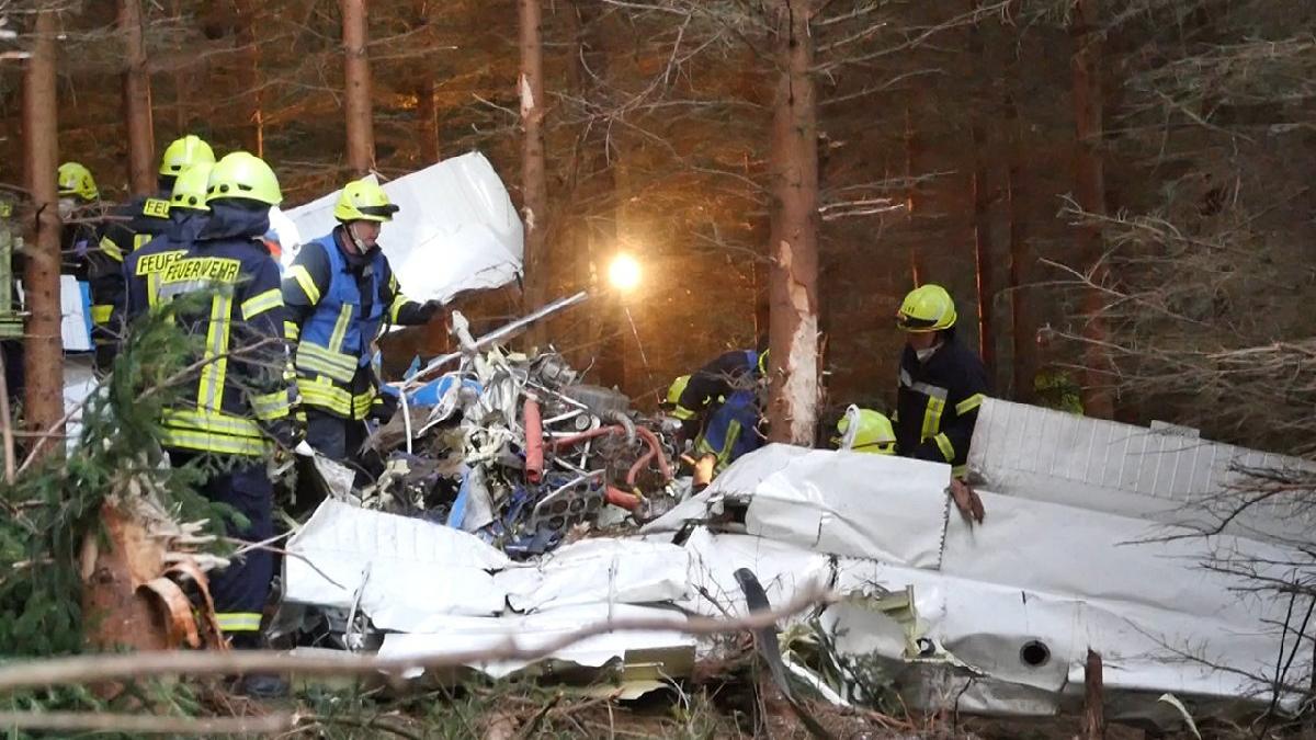 Almanya'da küçük uçak düştü