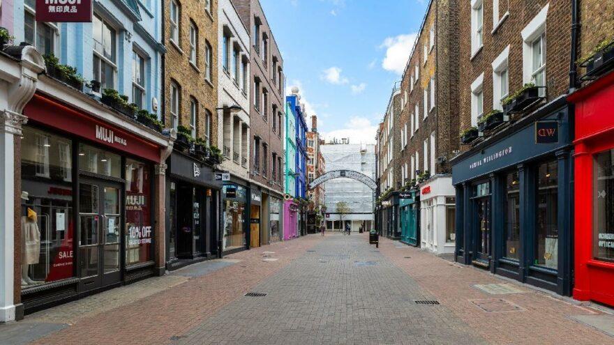 İngiltere'de salgın nedeniyle günde 50 mağaza kapandı