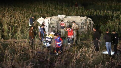 Kaçak göçmenleri taşıyan minibüs takla attı: 1 ölü, 5'i ağır 16 yaralı