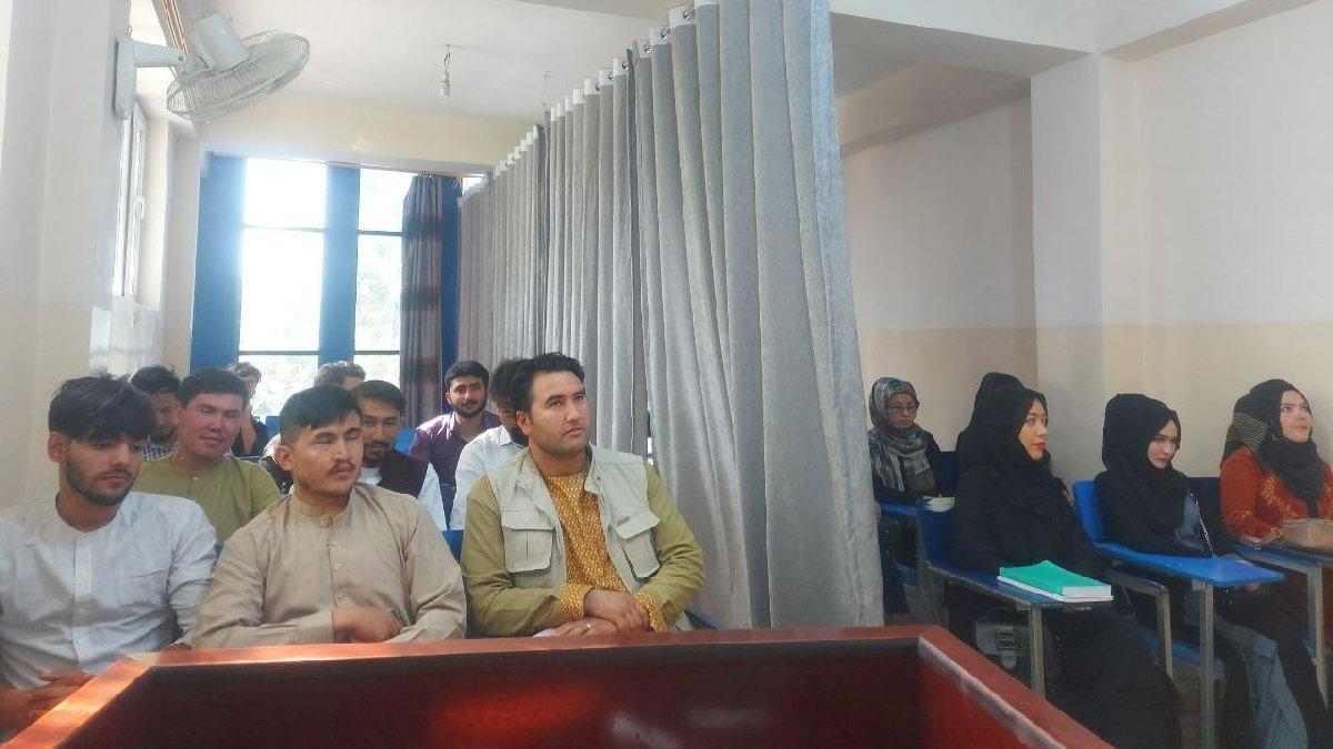 Taliban'dan akıllara durgunluk veren uygulama: Sınıfta kadın ve erkekler arasına paravan çektiler
