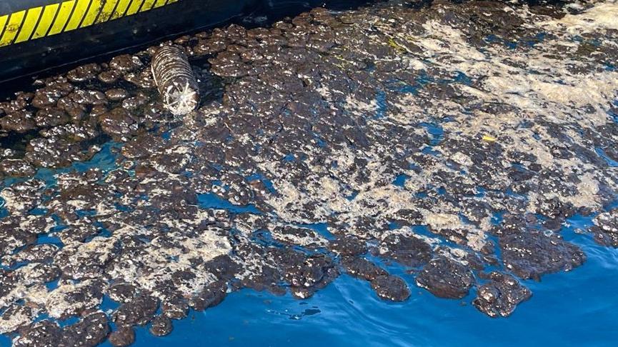 Samandağsahilindeki petrol atığı temizliği sürüyor