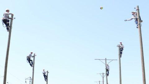 At binen, 12 metrelik direklerde voleybol oynayan arıza ekipleri