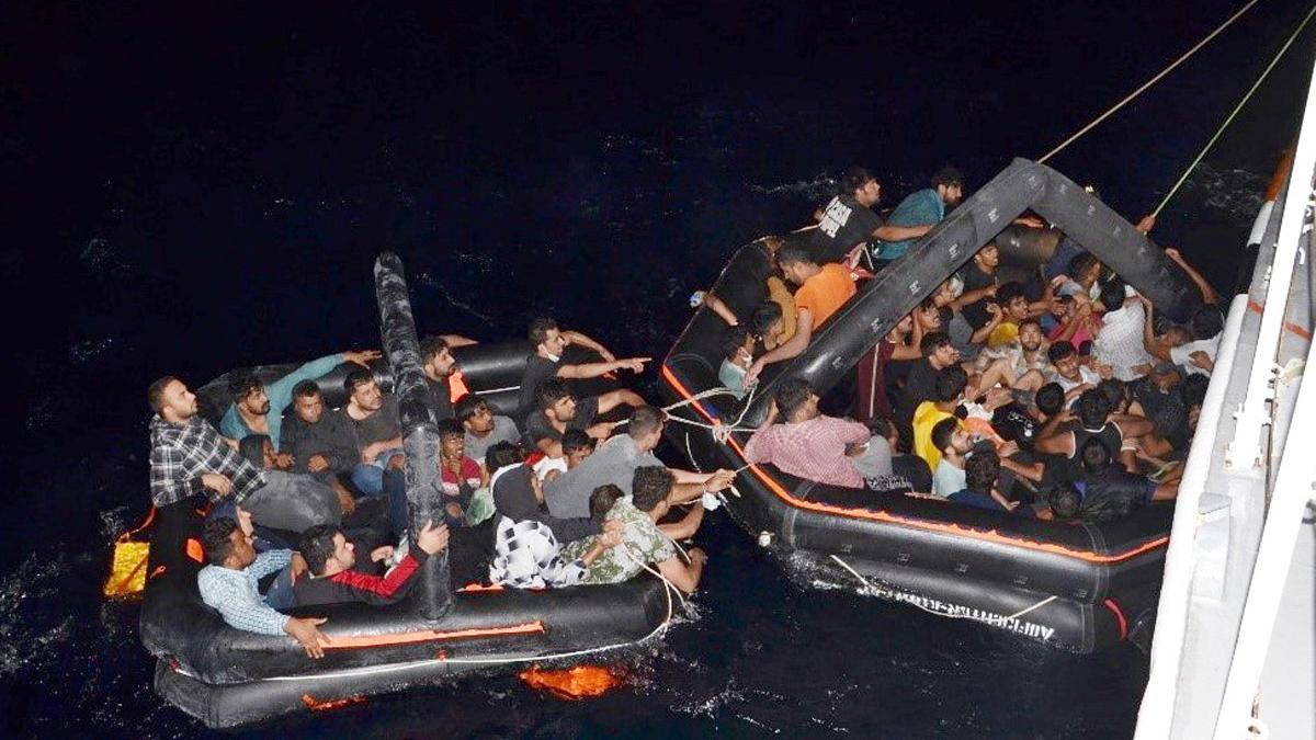 Yunanistan polisi paralarını aldığı göçmenleri Türk karasularına bıraktı