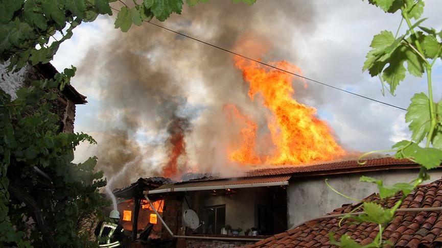 Yangında iki ev kül oldu