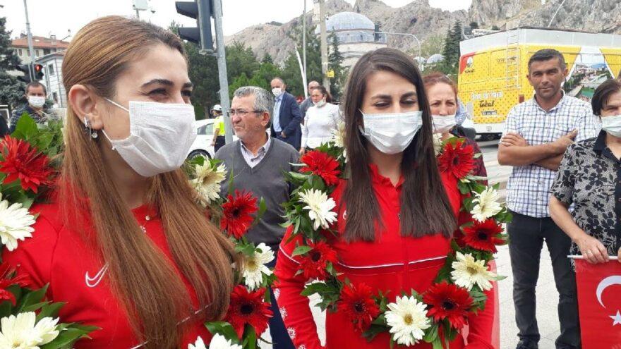 Tokyo Paralimpik Oyunları'nın altın kızlarına coşkulu karşılama