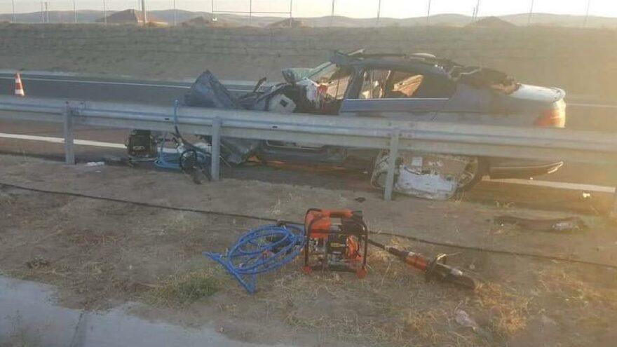 Otomobil bariyerlere çarptı; anne ile oğlu öldü, 2 çocuğu yaralı