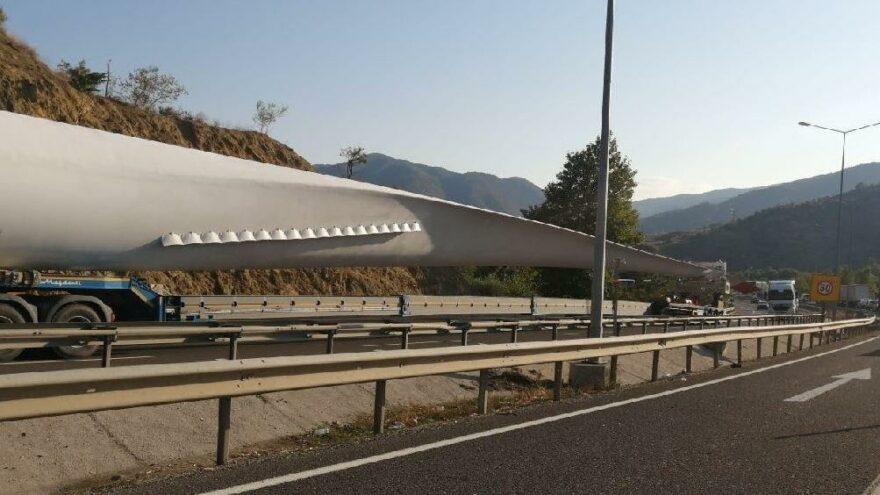 Rüzgar türbin kanadı taşıyan tır sıkıştı trafik durdu