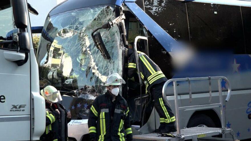 Almanya'da yolcu otobüsü yoldan çıktı: 16 yaralı