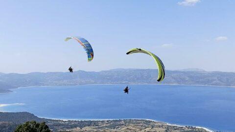 Salda Gölü'nün kıyısına paraşütle indikleri için ceza yediler