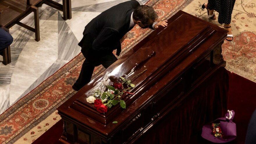 Mikis Theodorakis son yolculuğuna uğurlanıyor: Zülfü Livaneli de törene katıldı