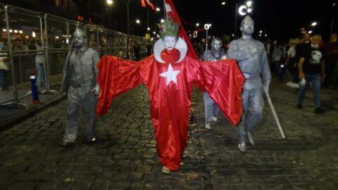 İzmir'de 9 Eylül coşkusu: Binlerce kişi Türk bayrağı ve fenerlerle yürüdü