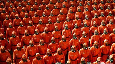 Kuzey Kore'den koruyucu kıyafetli geçit töreni