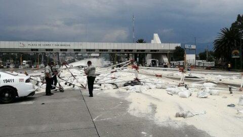 Meksika'da freni patlayan tır otoyol gişelerine çarptı