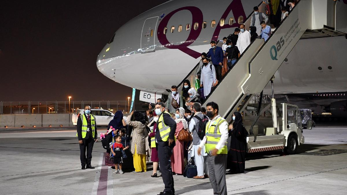 Dünya bu anı bekliyordu... Kabil'den yurt dışına ilk sivil uçuş: 113 yolcu Doha'ya indi