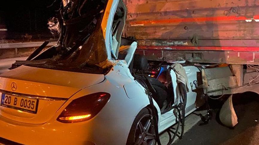 TIR'a çarpan otomobildeki üç kardeşten 2'si öldü, 1'i ağır yaralandı