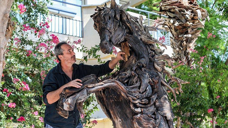 Yanan ağaçlar onun elinde sanat eserine dönüşüyor