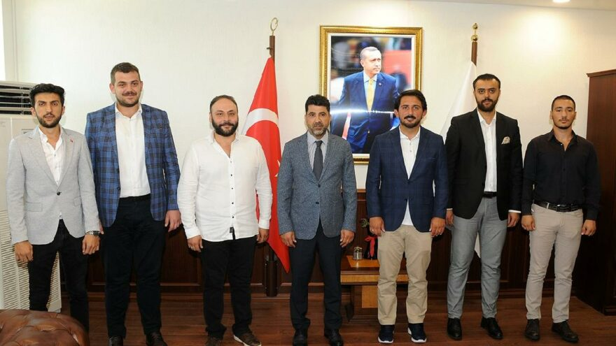 CHP'li belediyenin standını parçalayan rektör, AKP gençlerini makamında ağırladı