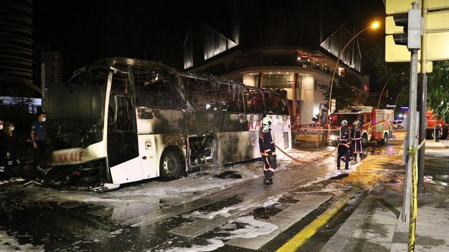 Aydınlatma direğine çarpan yolcu otobüsü alev aldı: 1 ölü, 20 yaralı