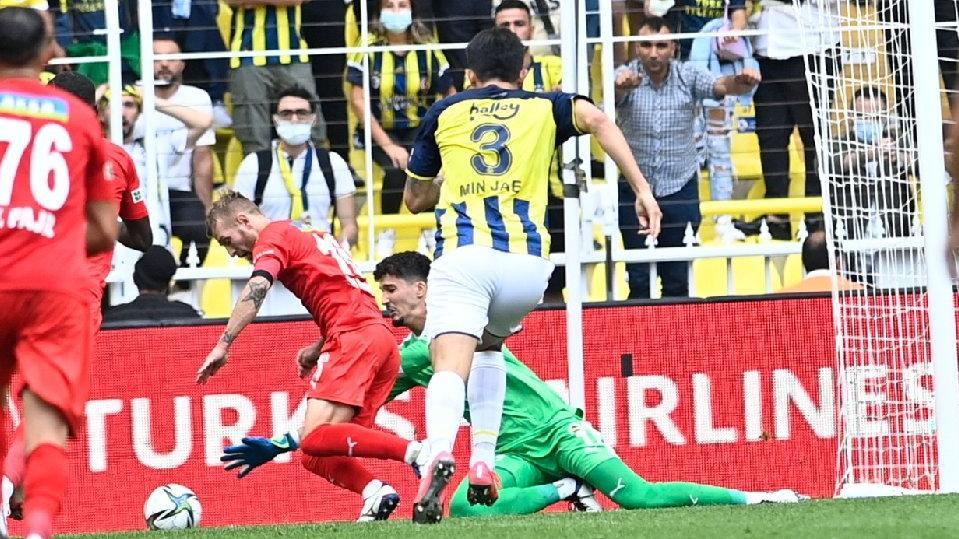 Altay Bayındır'dan inanılmaz hata! VAR kontrolü ve penaltı kararı...