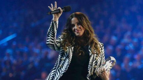 Ünlü şarkıcı çocuk yaşta istismara uğradığını açıkladı