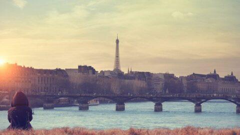 Paris'te tarihi köprüde yangın