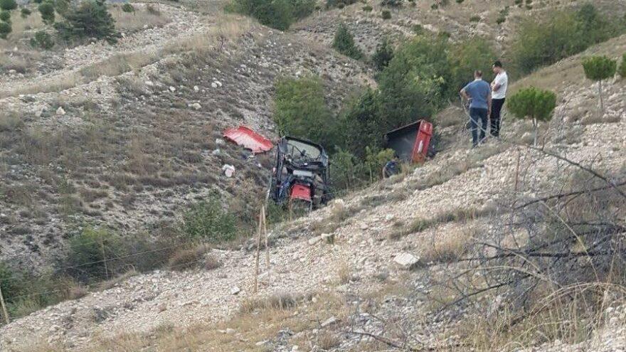 Traktör kontrolden çıkıp şarampole devrildi: 2 ölü