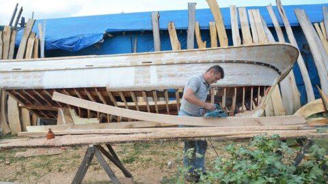 Yaptığı ahşap tekneler 38 yıldır denizlerde yol alıyor