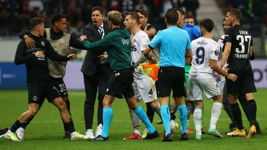 Eintracht Frankfurt-Fenerbahçe maçının uzatma dakikalarında ortalık karıştı
