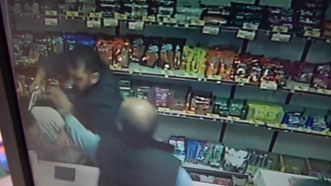 İstanbul'da korku dolu anlar: Rakip marketçinin kafasına silah dayadı