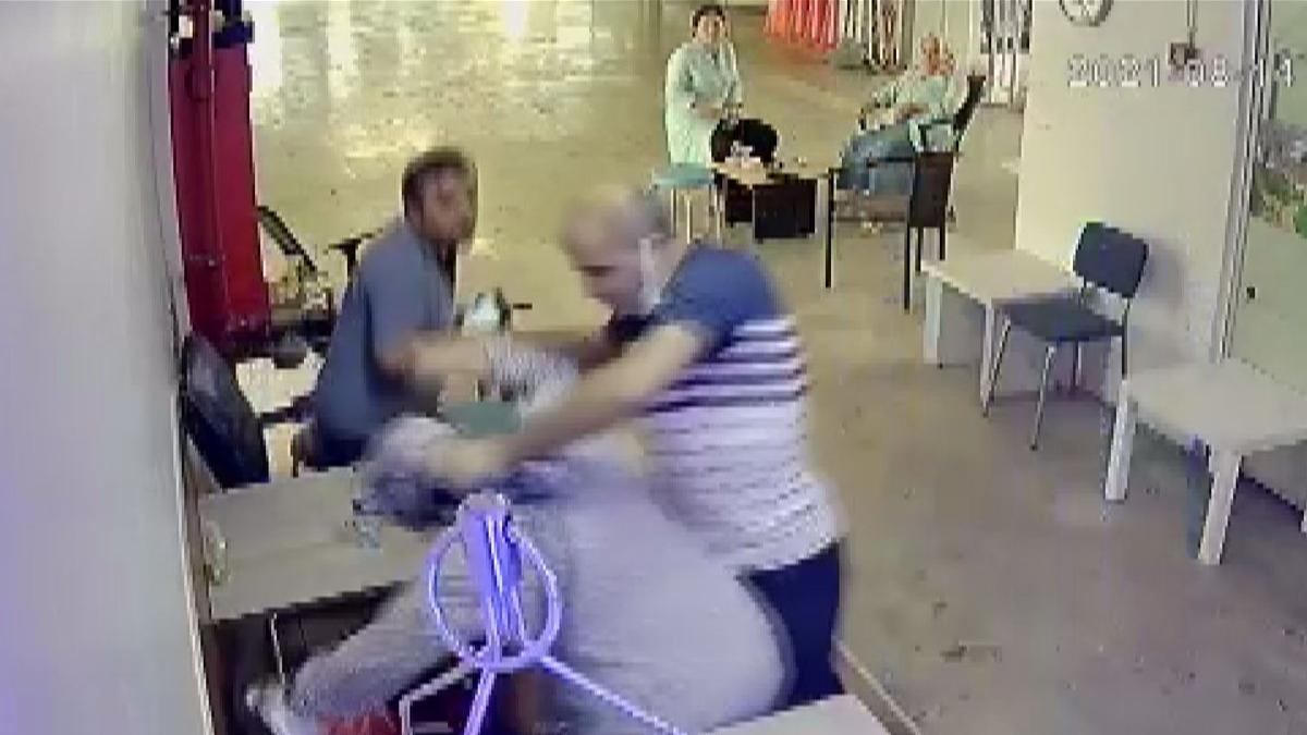 Eşine tükürdü, dövdü... Uzaklaştırma kararına rağmen yine geldi