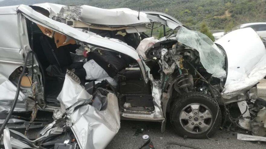 Şeker komasına giren sürücü, hurdaya dönen araçtan burnu bile kanamadan çıktı