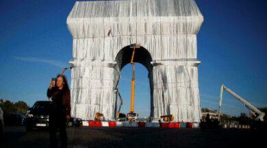 Paris'teki Arc de Triomphe anıtı sanat için kumaşa sarıldı