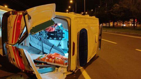 Trafik kazasında yaralanan hastayı taşıyan ambulans ile otomobil çarpıştı