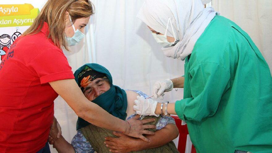 Güllü nineyle hemşirenin aşı diyaloğu gülümsetti