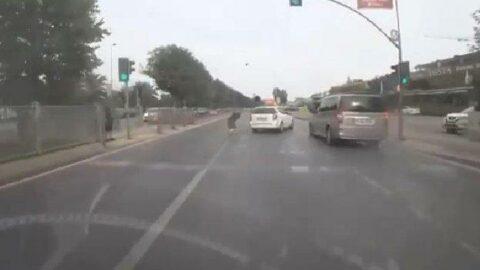 Otomobil, kırmızı ışıkta geçen yayalara çarptı