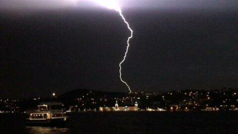İstanbul'da fırtına, dolu, sağanak ve yıldırım: Çatılar uçtu, ağaçlar devrildi, 1 kişi yaralandı