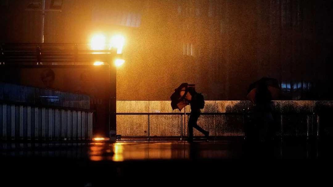 Japonya Chanthu tayfunuyla boğuşuyor: Binlerce ev elektriksiz, uçuşlar iptal