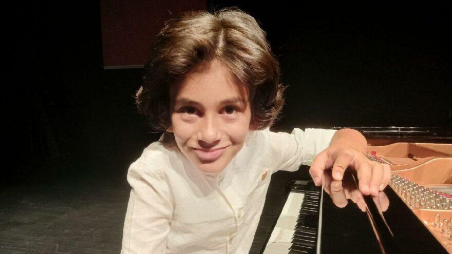 4 yaşında piyano çalmayı öğrenen 8 yaşındaki Ali ödüle doymuyor