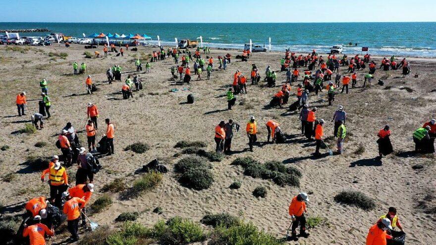 Mersin sahillerinden kamyonlar dolusu çöp çıktı