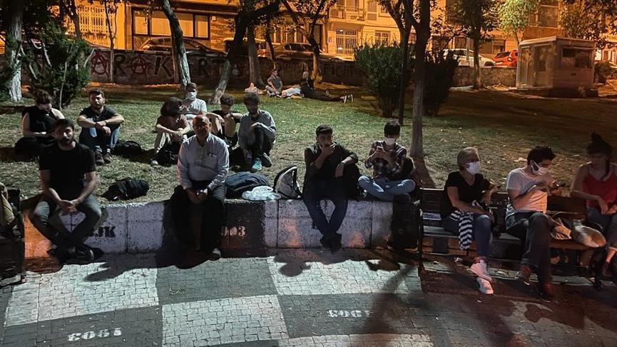 'Barınamıyoruz' diyen gençler bu geceyi de sokakta geçiriyor