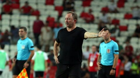 Beşiktaş'ın Antalya'daki geri dönüşünde fitili Sergen Yalçın'ın sözleri ateşledi