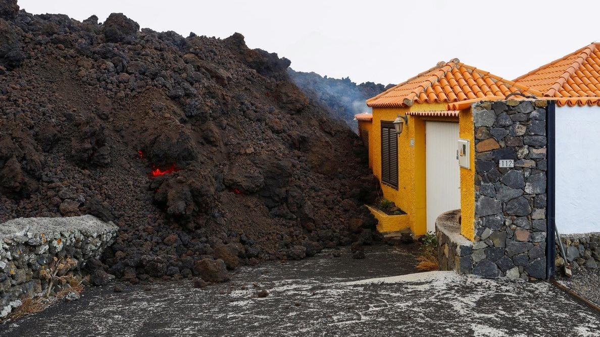 Kanarya Adaları'nda lavlar evleri yakarak ilerliyor