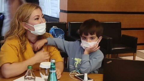Temaslı oğlu ile toplantıya katıldı, aşı karşıtlarına isyan etti