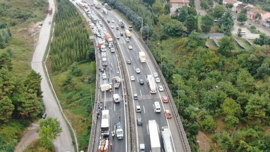 TEM'de 9 araç birbirine girdi, trafik durdu