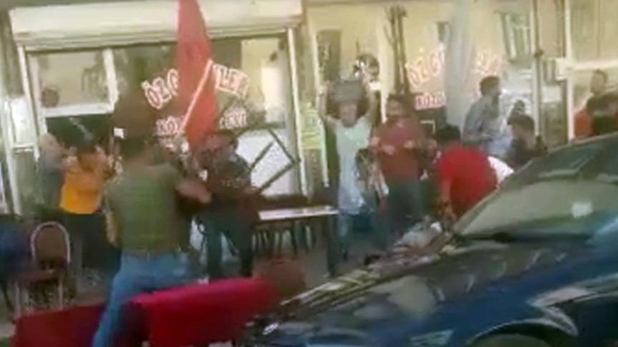 Çayevi önünde masa ve sandalyelerle birbirlerine girdiler: 12 gözaltı