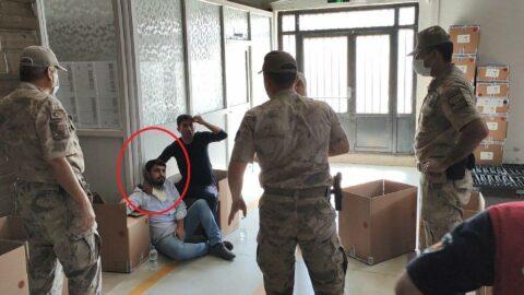 İşten çıkarılan işçiler güvenlik görevlisini bıçak ve satırla rehin aldı