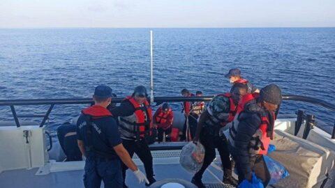 Yunan askerinin Türk karasularına ittiği göçmenler kurtarıldı