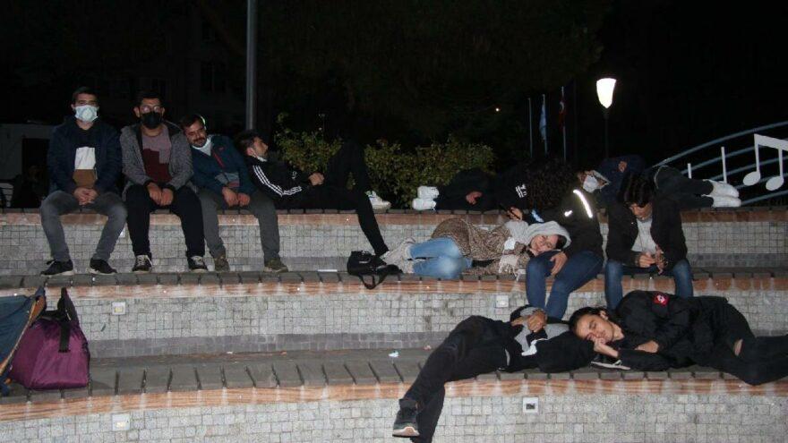 Öğrenciler geceyi parkta geçirdi, vali 'yurt talepleri yok' açıklaması yaptı
